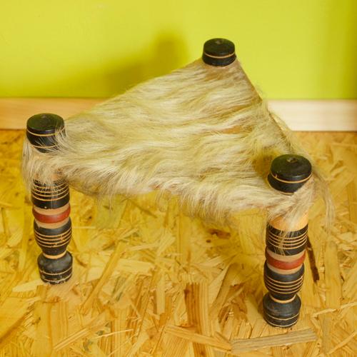 dreibeiniger hocker mit fell bezogen. Black Bedroom Furniture Sets. Home Design Ideas